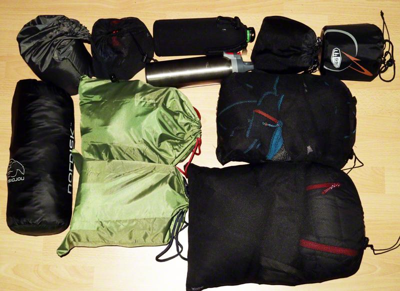 Kleidung und Campingausrüstung